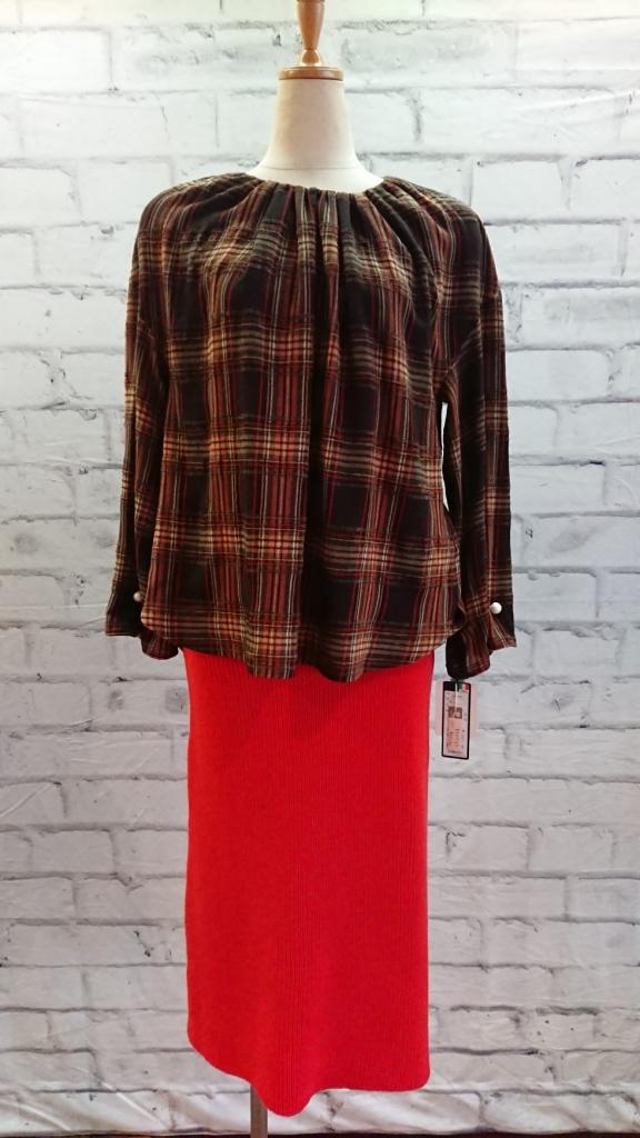 鮮やかな朱赤のニットスカート